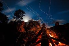 背景昏暗的火晚上 免版税库存照片