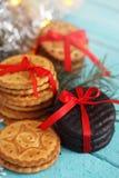 背景曲奇饼查出的栈白色 抽象空白背景圣诞节黑暗的装饰设计模式红色的星形 库存照片