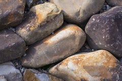 背景有启发性岩石向星期日扔石头 自然矿物 免版税库存图片