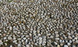 背景有启发性岩石向星期日扔石头 免版税库存图片