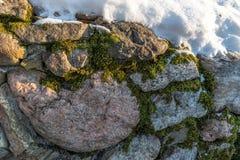 背景有启发性岩石向星期日扔石头 免版税库存照片