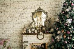 背景有镜子圣诞节云杉的砖墙 免版税库存照片
