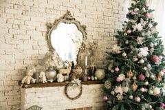 背景有镜子圣诞节云杉的砖墙 库存图片