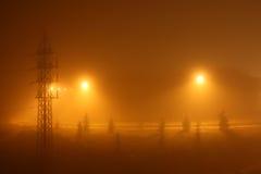背景有雾的晚上都市黄色 免版税库存图片