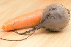 背景木甜菜的红萝卜 库存照片