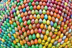 背景木的复活节彩蛋 免版税库存照片