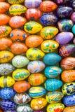 背景木的复活节彩蛋 库存图片