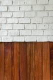 背景木头和砖墙 图库摄影