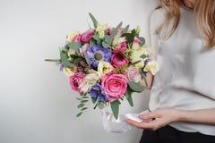 背景构成旋花植物空白花的郁金香 上色桃红色,绿色, lavander,蓝色 混杂的花美丽的豪华花束在妇女手上 工作 库存图片