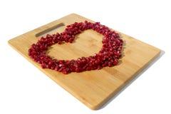 背景果子查出的石榴红色白色 成熟素食食物 甜水多的新有机种子木头背景的心脏 热带健康未加工的特写镜头 库存图片