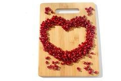 背景果子查出的石榴红色白色 成熟素食食物 甜水多的新有机种子木头背景的心脏 热带健康未加工的特写镜头 免版税库存照片
