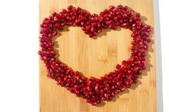 背景果子查出的石榴红色白色 成熟素食食物 甜水多的新有机种子木头背景的心脏 热带健康未加工的特写镜头 免版税库存图片