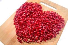 背景果子查出的石榴红色白色 成熟素食食物 甜水多的新有机种子木头背景的心脏 热带健康未加工的特写镜头 免版税图库摄影