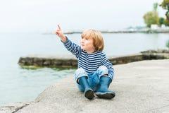 背景查出一点的男孩逗人喜爱在纵向白色 图库摄影