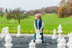 背景查出一点的男孩逗人喜爱在纵向白色 库存图片