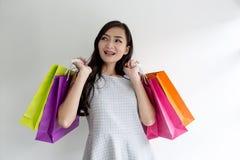 背景查出在购物微笑的白人妇女 亚裔美丽的女孩 新顾客 美丽的妇女 免版税库存照片