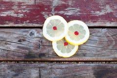 背景查出的柠檬切白色 图库摄影