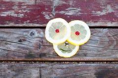 背景查出的柠檬切白色 库存图片