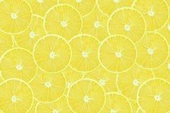 背景查出的柠檬切白色 免版税库存照片