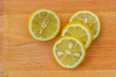 背景查出的柠檬切白色 免版税图库摄影
