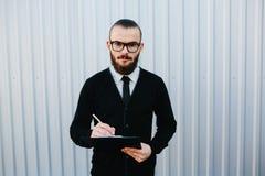 背景查出的生意人文件签署白色 免版税库存照片