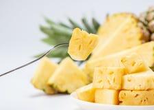 背景查出的菠萝被切的白色 库存图片
