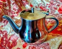 背景查出的金属对象茶壶白色 色的毯子 免版税库存照片