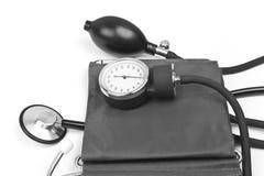 背景查出的医学对象听诊器白色 与听诊器的血压 免版税库存图片
