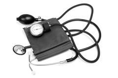 背景查出的医学对象听诊器白色 与听诊器的血压 免版税库存照片