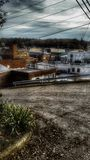 背景桥梁工程城市时钟连接前景法兰克福德国包括跨过街道结构的使并列的现代缩小的老部分步行场面摩天大楼耸立二 库存图片