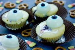 背景棒万圣节月光附注 与可食的眼睛的滑稽的蛋糕为万圣夜 免版税库存图片