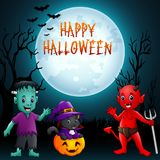 背景棒万圣节月光附注 有服装和巫婆猫的逗人喜爱的小孩 图库摄影