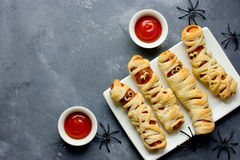 背景棒万圣节月光附注 滑稽的香肠妈咪用Hal的番茄酱 库存图片