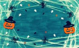 背景棒万圣节月光附注 蜘蛛网、蜘蛛和微笑的起重器装饰作为万圣夜的标志 日历概念日期冷面万圣节愉快的藏品微型收割机说大镰刀身分 免版税库存照片