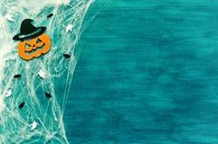 背景棒万圣节月光附注 蜘蛛网、蜘蛛和微笑的起重器装饰作为万圣夜的标志 免版税图库摄影