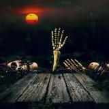 背景棒万圣节月光附注 头骨和骨骼有满月和木头的 库存照片