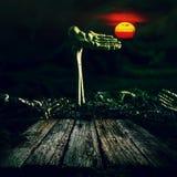 背景棒万圣节月光附注 头骨和骨骼有满月和木头的 图库摄影