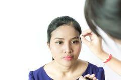 背景棕色化妆用品灰色头发健康长做妇女的纵向 年轻,美丽的女孩申请在眼睛的构成 图库摄影