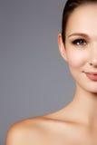 背景棕色化妆用品灰色头发健康长做妇女的纵向 美好的妇女模型f特写镜头画象  免版税库存图片