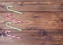 背景棕色木 圣诞节糖果罐头 免版税图库摄影