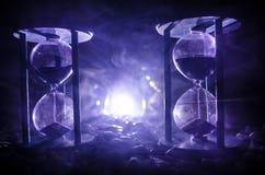 背景概念查出的目的程序时间白色 穿过测量通过的时间的滴漏的玻壳的沙子,它计数下来对最后期限 锡勒 免版税图库摄影