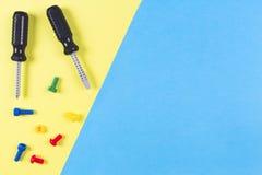 背景模板文本玩具 孩子建筑戏弄在浅兰和黄色背景的工具 顶视图 免版税库存图片