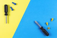 背景模板文本玩具 孩子建筑戏弄在蓝色和黄色背景的工具 顶视图 免版税图库摄影