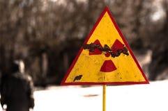 背景模糊的放射线符号 免版税库存照片
