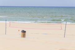 背景模糊的深度域前面净额海洋浅排球 库存照片