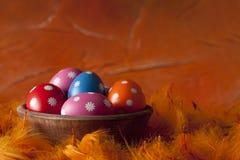 背景橙色的复活节彩蛋 库存照片