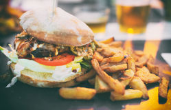 背景汉堡干酪鸡概念黄瓜深鱼食物油煎了旧货莴苣木三明治的蕃茄 免版税库存图片