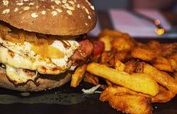 背景汉堡干酪鸡概念黄瓜深鱼食物油煎了旧货莴苣木三明治的蕃茄 库存图片