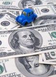 背景汽车货币玩具 免版税图库摄影
