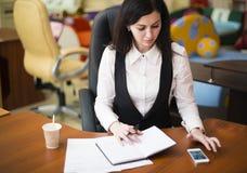 背景浅黑肤色的男人查出的办公室白色 免版税库存图片